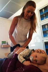 Eli er kiropraktor og behandler et barn